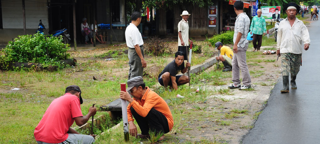 Gotong Royong Aparat Kelurahan Bersama Warga Palam